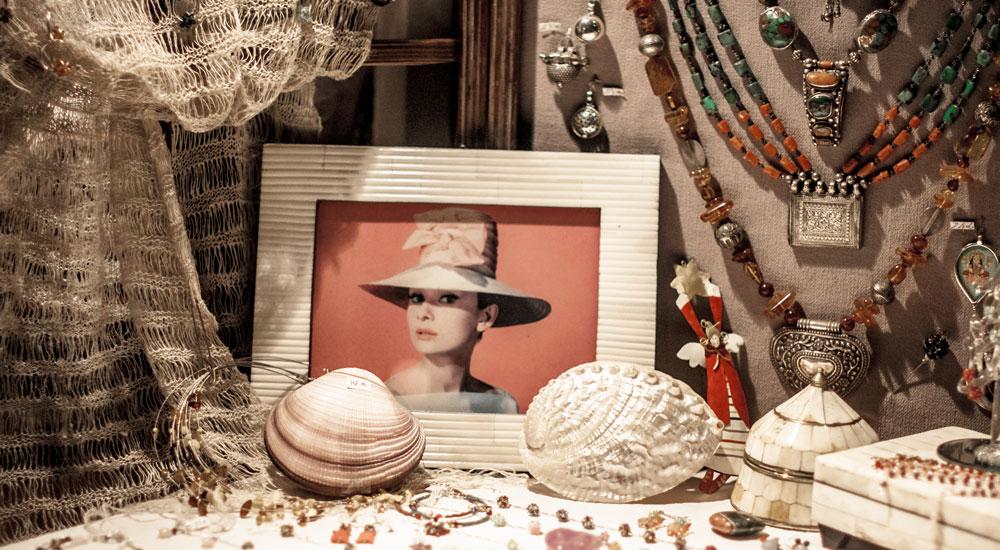 Audrey-Hepburn-jewelry-puerto-portals-sunset-market2