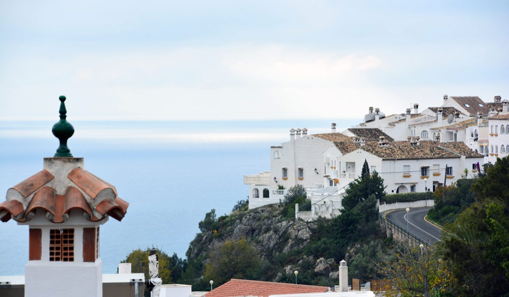 Traditional white-painted Malaga property with stunning view of the sea.